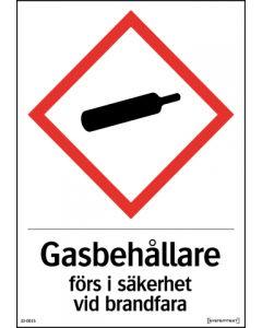 Gasflaskor förs i säkerhet vid brandfara